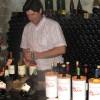 Olivier de Bournet opent een te proeven fles wijn