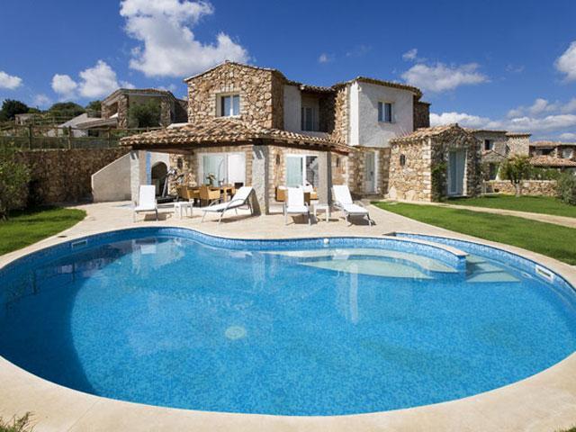 Is een zwembad een luxe of een voorziening for Luxe villa met zwembad