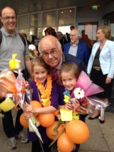 Marit en Naomi op de foto met burgemeester Fons Hertog.