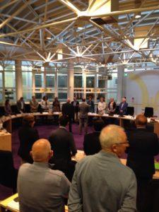 De burgemeester neem de eed en belofte af bij de nieuwe raadsleden.