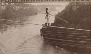 Signorina Marie Spelterina danst op een koord boven de Niagara watervallen.