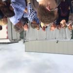 Diverse geïnteresseerde raadsleden luisteren aandachtig naar de ambtenaren