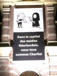 Cartoon op oud gem.huis #Hilversum, vanavond onthuld tijdens demonstratie #CharlieHebdo bron: Twitter Margriet Vroomans