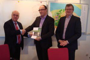 """Overhandiging rapport """"Het moet anders!"""" aan burgemeester Hertog (foto: W. van der Wal)"""