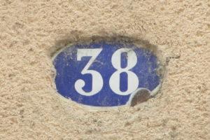 Huisnummer 38 in een plaatsje in Frankrijk