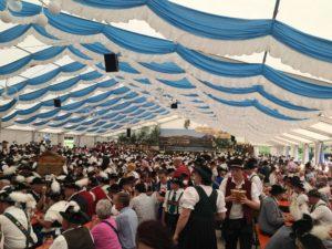 Groot feest in Hopfen am See met alle dorpen uit de omgeving in klederdracht.