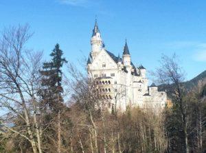 Zicht op kasteel Neuschwanstein vanuit de hangbrug.