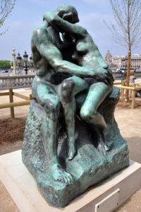 Omhelzing met kus. Beeld van Rodin in Tuilerieën bij het Louvre (Parijs).