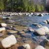 Diverse stenen in een rivier die verlegd kunnen worden.
