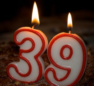 De kaarsjes branden ter ere van mijn negenendertigste verjaardag.