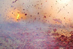 Foto van een duizendklapper die wordt afgestoken.