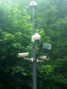 Voorbeeld van een paal met meerdere beveiligingscamera's.