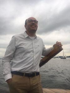 Foto van Ruben Woudsma die aan roer staat van een botter