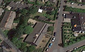 Luchtfoto van De Boerderij in Huizen - Gebruik tuin door tolerantie niet mogelijk
